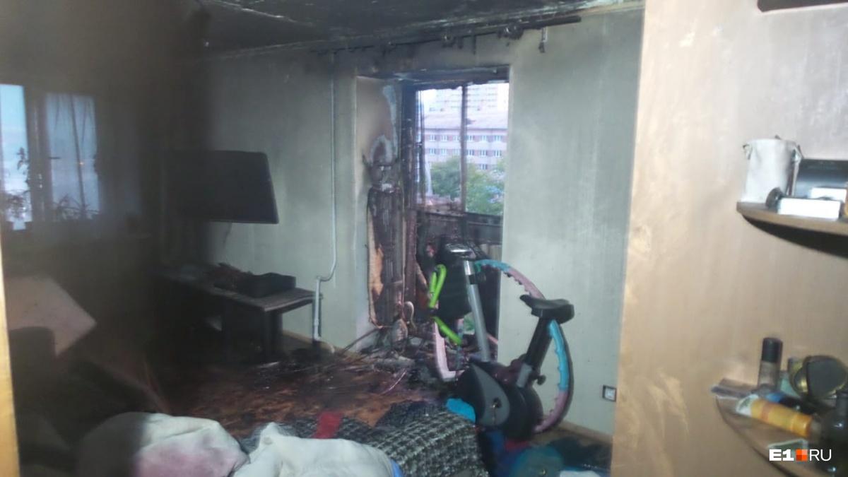Судя по последствиям пожара, возгорание произошло на балконе