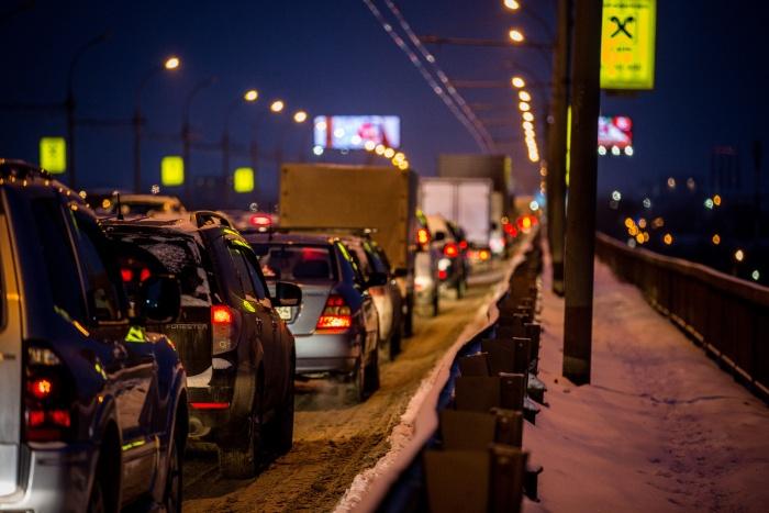 Заторы возникли на Коммунальном и Винаповском мостах, а также при въезде на Димитровский мост