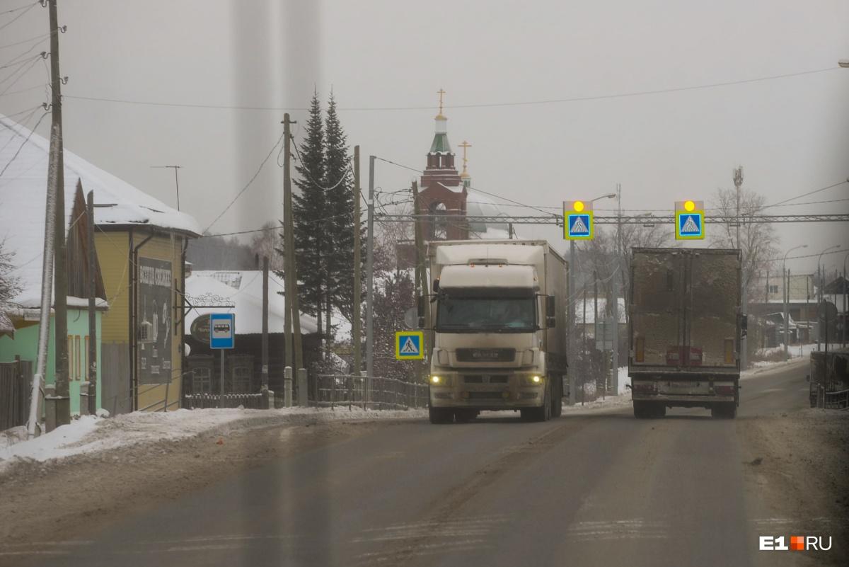 Интенсивное автомобильное движение нужно уводить из частного сектора. Например, трасса из Екатеринбурга в Тюмень проходит через города и села из-за отсутствия объездных дорог вокруг населенных пунктов