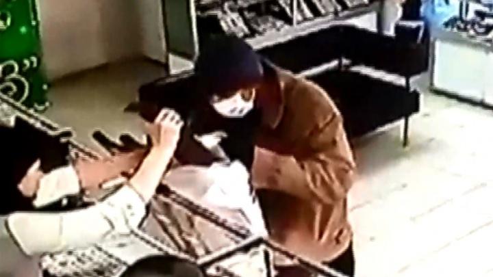 Бинт, костыль и два ствола: в Котово задержали грабителя ювелирного магазина — видео
