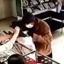 Костыли и два пистолета: в Котово задержали грабителя ювелирного магазина — видео