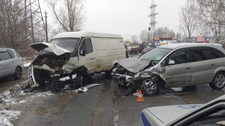 Двух маленьких детей увезли в больницу после лобового ДТП в Ленинском районе