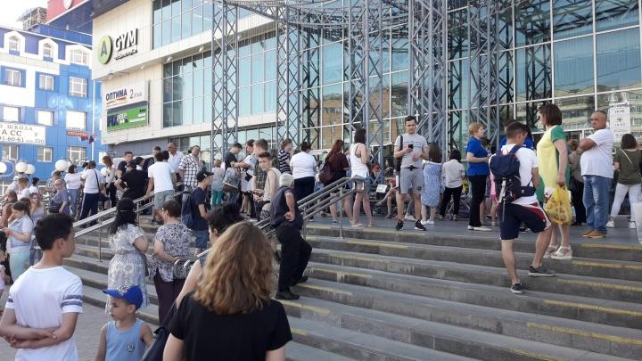 «Ждали 1,5 часа, пока пустят обратно»: из ТЦ «Колумб» эвакуировали весь персонал и покупателей