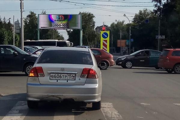 На перекрёстке Красного проспекта и ул. Писарева