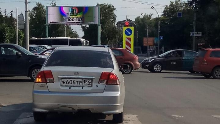 Город незаметных светофоров: водителям мешают дорожные знаки на Красном проспекте