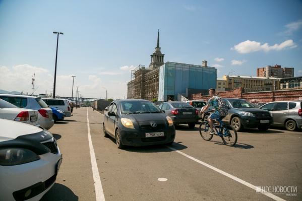 Администрация Красноярска запрещает бесплатную парковку на набережной