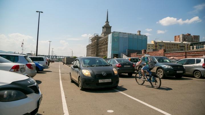У набережной Красноярска вводят платную парковку и резко сокращают число бесплатных мест