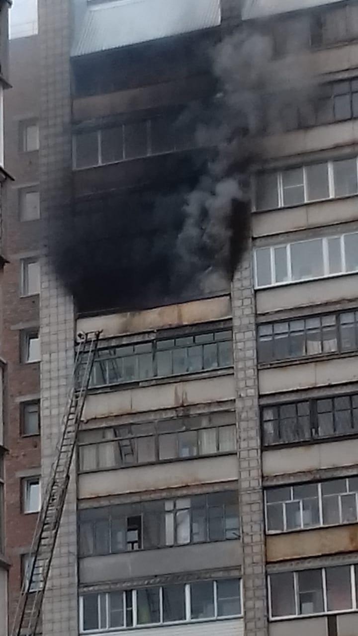 Для тушения возгорания пожарные используют автолестницу