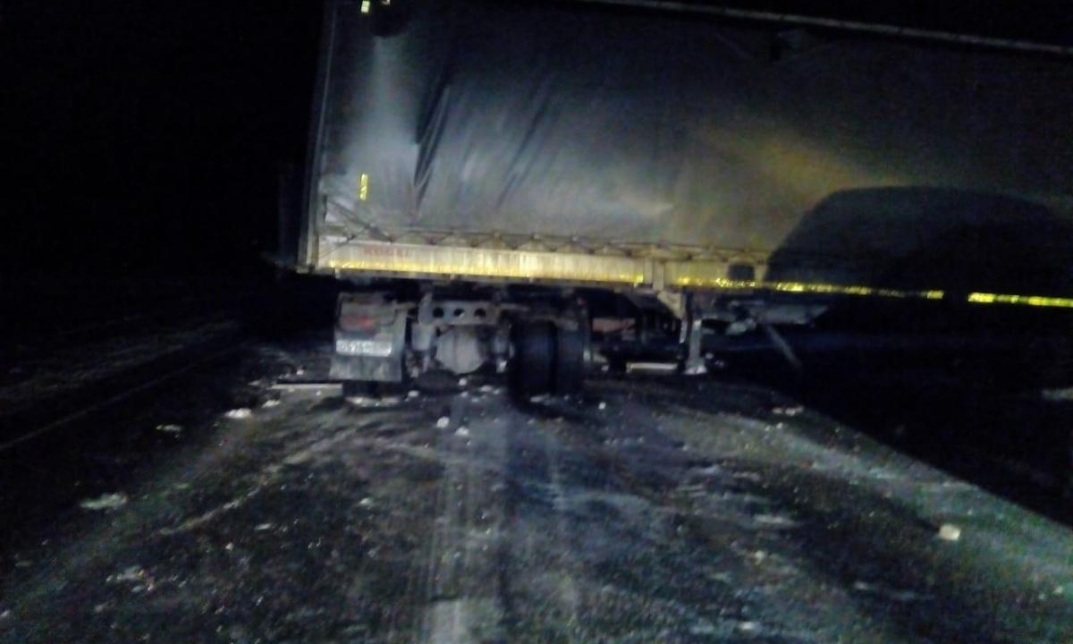 Водитель одного грузовика погиб, водителю другого понадобилась помощь врачей