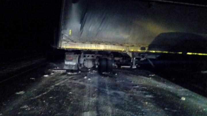 Два встречных грузовика сошлись в смертельной аварии на трассе