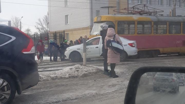 В Волгограде таксист-торопыга остановил все трамваи в Дзержинском районе