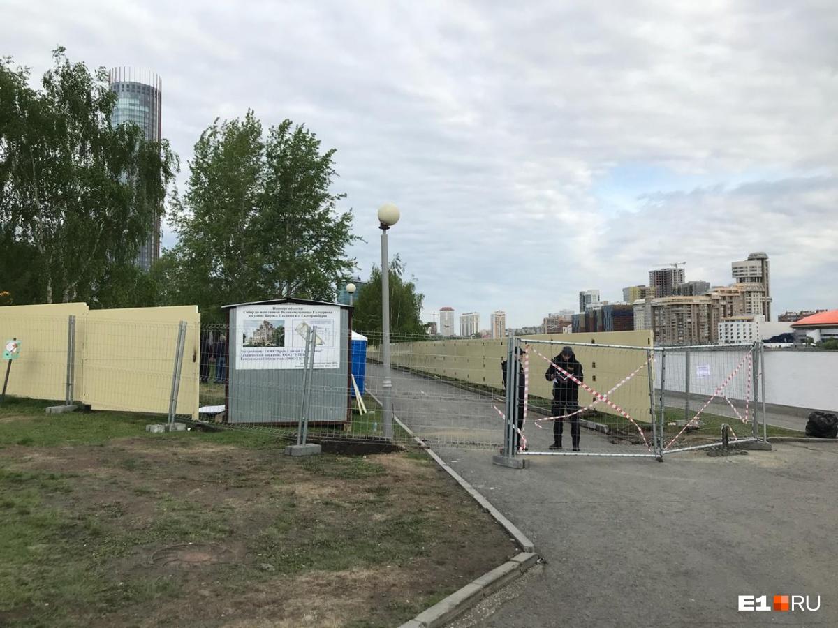Продолжают строить баррикады: в сквер у Драмы завезли бетонные блоки