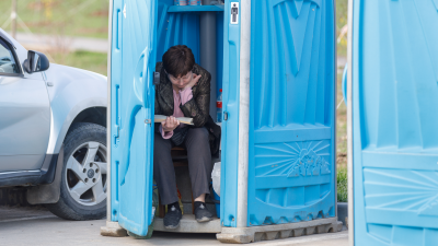 «Остается бежать в кусты»: волгоградские парки оставили без общественных туалетов