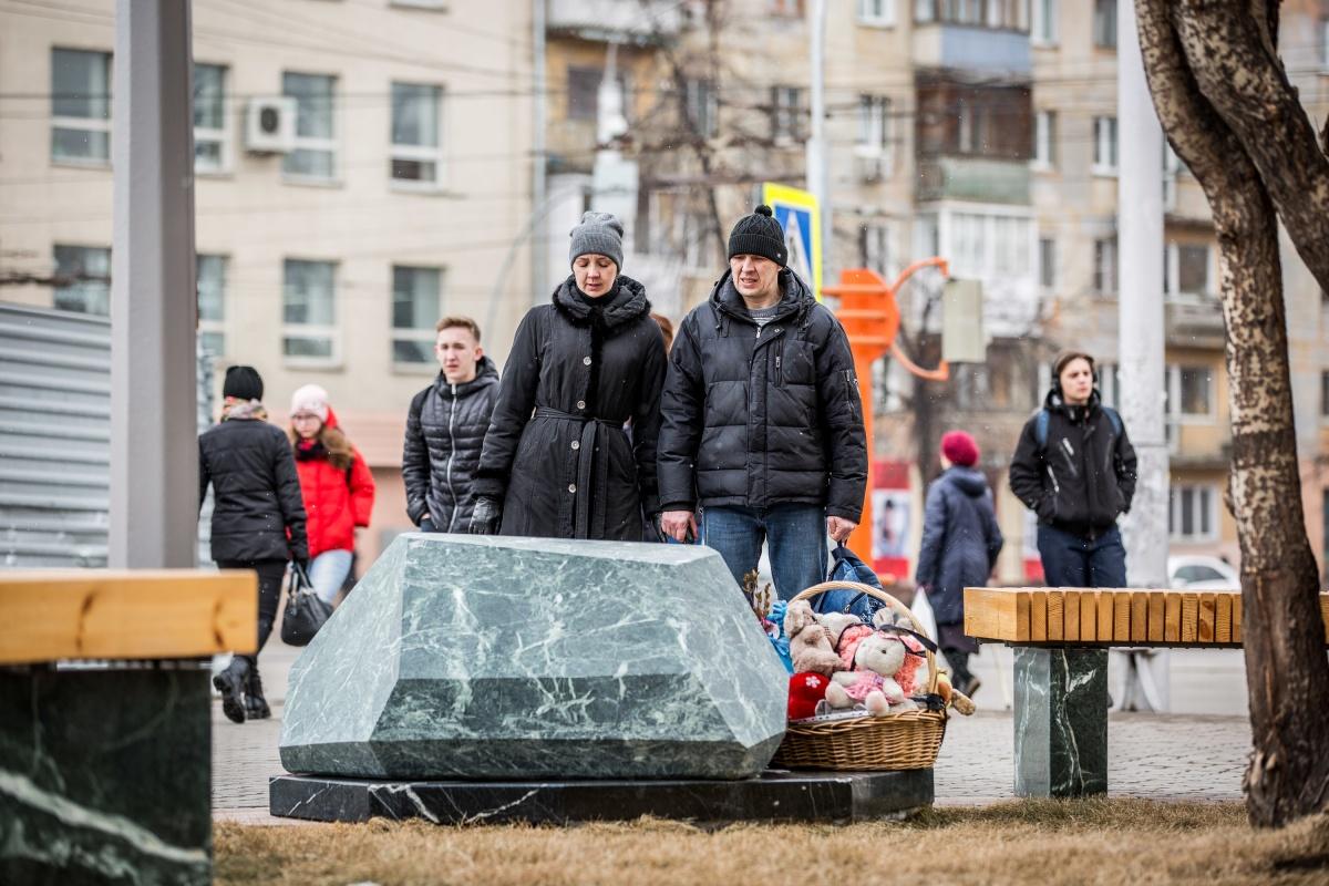 На месте, где после трагедии люди оставляли игрушки и цветы, сейчас лежит камень