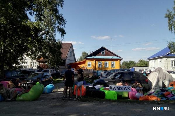 Местные жители стараются заработать на гостях фестиваля