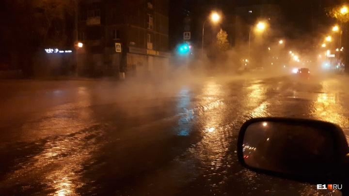 Энергетики объяснили, почему на Шевченко в Екатеринбурге забил пятиметровый фонтан горячей воды