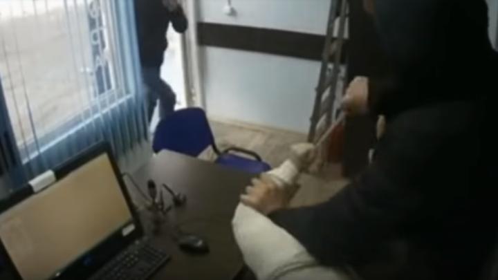 В Прикамье полицейские задержали налетчика, который напал с ножом на сотрудницу офиса микрозаймов
