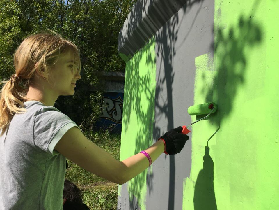 Волонтеры покрасили стены в Саду соловьев и в микрорайоне Разгуляй