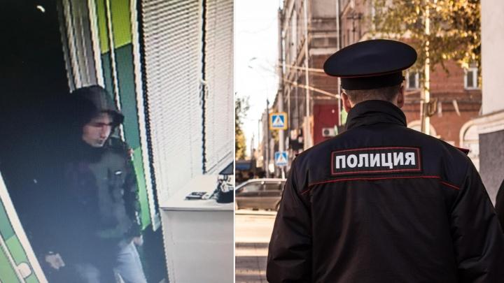 Видео: преступник приставил нож к сотруднице офиса микрозаймов и забрал 150 тысяч