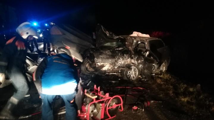 В Курганской области на трассе в лобовом столкновении трёх машин погибли люди