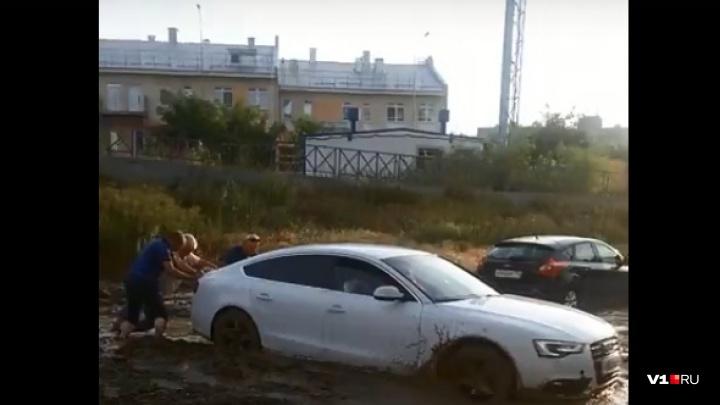 Волгоградцы выкапывали машины на «Бейкер Стрит»: видео