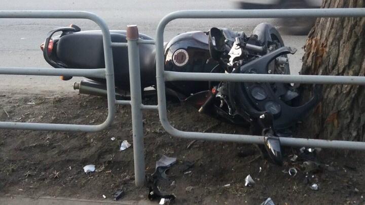 «Прилетел в дерево»: в ДТП с «Тойотой» в Челябинске пострадал мотоциклист