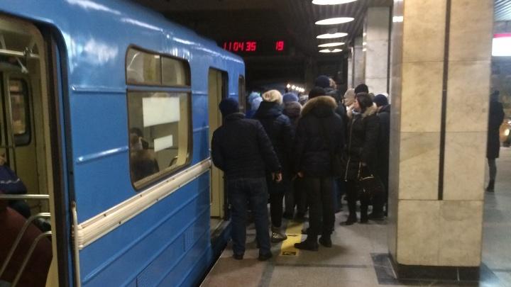 Подробности ЧП в метро Новосибирска: женщина прыгнула под поезд, её отвезли в больницу