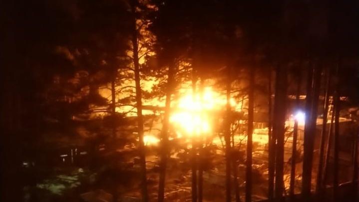 Ночью на пилораме в Берёзовском разгорелся крупный пожар
