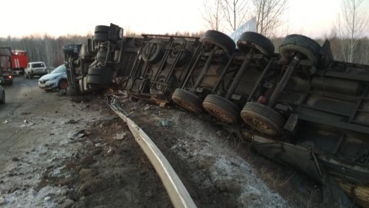 Фура в кювете на боку: в Самарской области столкнулись два легковых автомобиля и грузовик