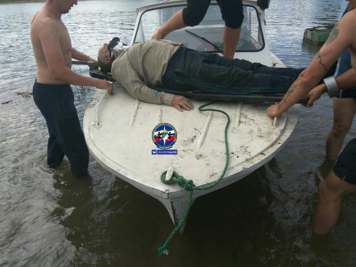 Спасатели перевезли на берег с острова Кудряш травмированного мужчину