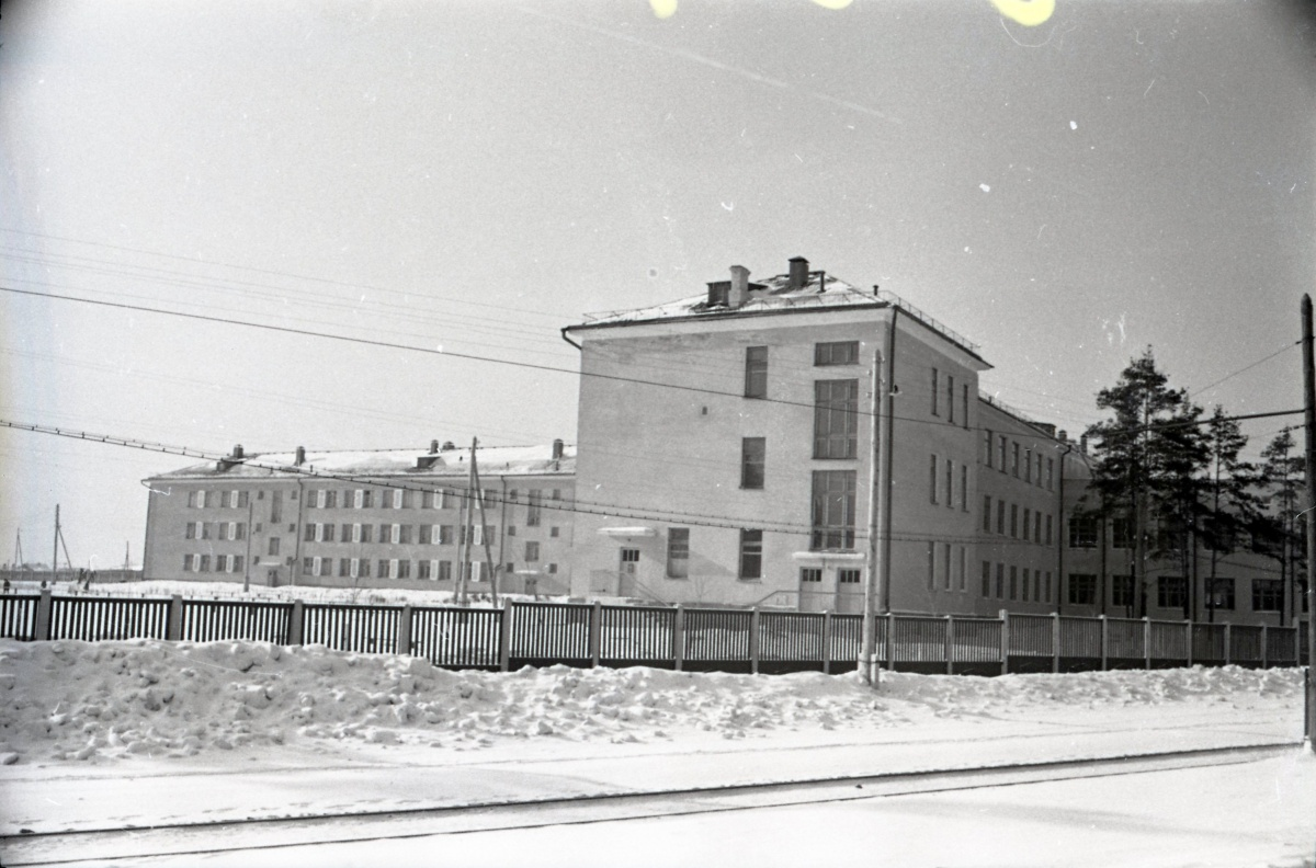 Школа-интернат и бытовой комбинат на улице Технической, видна трамвайная линия (в те годы однопутная), ведущая к поселку Семь Ключей. Снимок сделан весной 1960 года