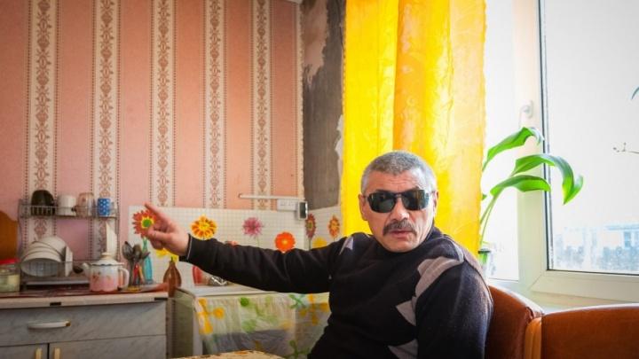 «Смеются в лицо»: слепому инвалиду на Южном Урале отказали в жилье из-за «большой» пенсии