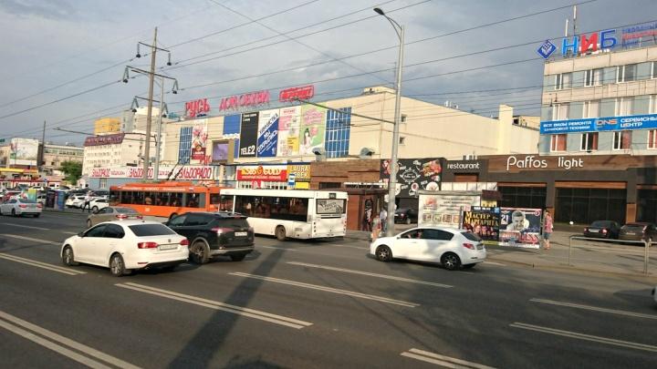 В Самаре на фасад ТЦ «Русь на Волге» вернули рекламные баннеры