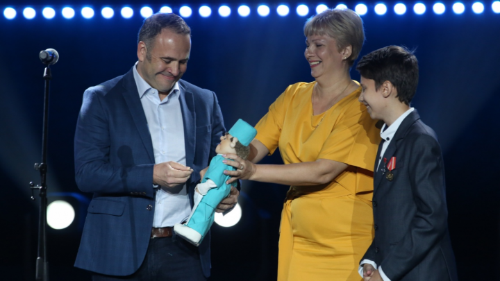 «Спасибо за маму, доктор!»: Ваня Шитик вручил в Новосибирске вручил подарок хирургу Кириллу Орлову