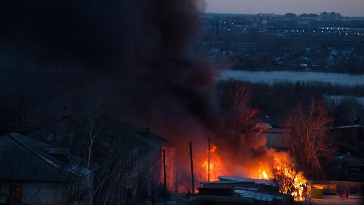 Огромный столб дыма вырос над Сухарной из-за вспыхнувшего пожара (обновлено)