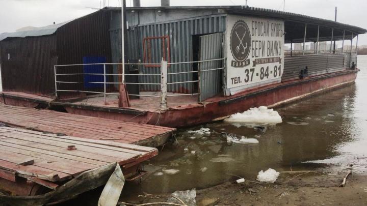 В Омске во время ледохода течением унесло ресторан на воде