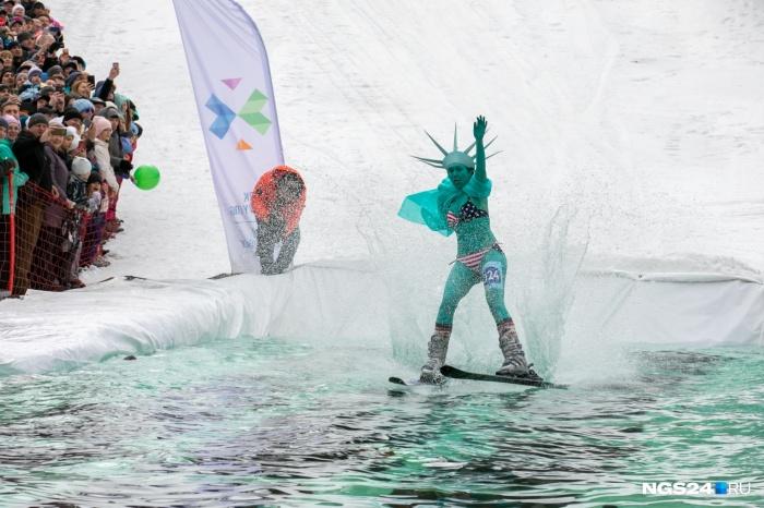 В Красноярске в бассейн нырнула девушка в костюме статуи Свободы