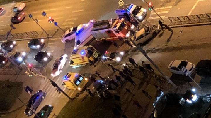 На Московской Opel отбросило на тротуар после столкновения сFord, пострадали три человека