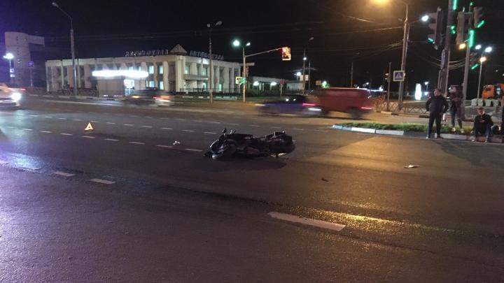 На Московском проспекте молодой мотоциклист влетел в легковушку. Видео