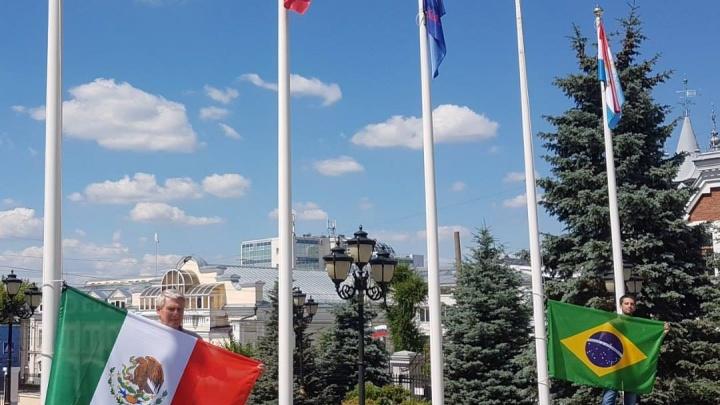 Около здания самарской мэрии подняли флаги Бразилии и Мексики