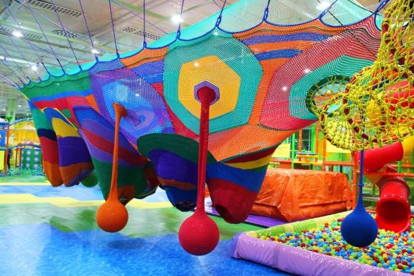 Вязаные коконы-ульи в новом семейном развлекательном центре «РИО kids»