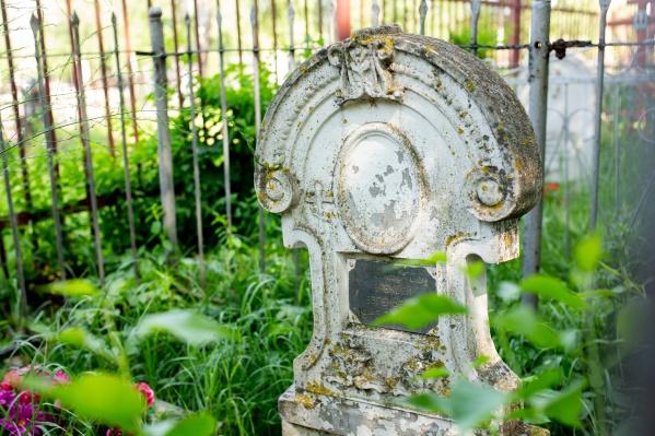 На кладбище можно встретить самые ранние захоронения — рубежа XVIII–XIX веков