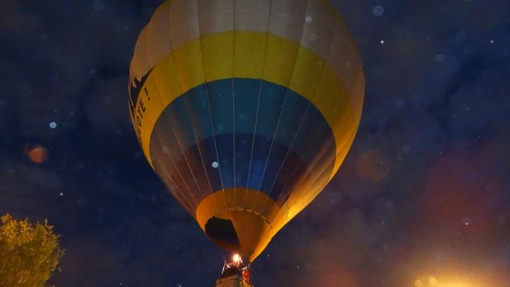 В небо над сквером у Театра драмы подняли огромный воздушный шар: видео