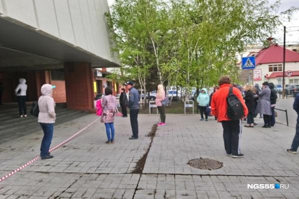 Возле торгового центра скопились люди