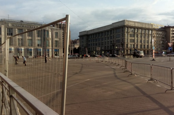 Забор установили напротив здания Центрального банка