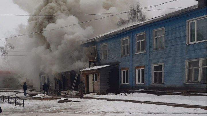 Очаг пожара — у стиральной машины. Жители сгоревшего в Емецке дома остались без жилья