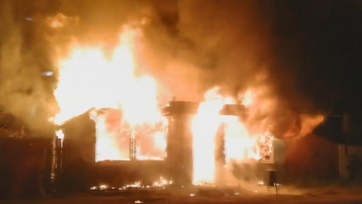 Огонь столбом: в Заельцовском районе сгорел магазин
