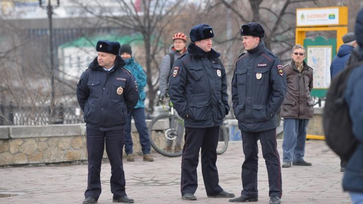 В Екатеринбурге полицейский кинулся под машину, чтобы задержать преступника, когда тот пытался скрыться