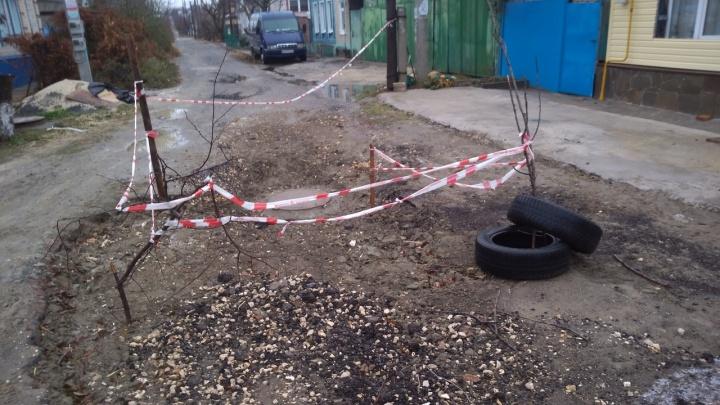 «Ситуация под контролем»: волгоградцы месяц ждут восстановления дороги после ремонта водопровода