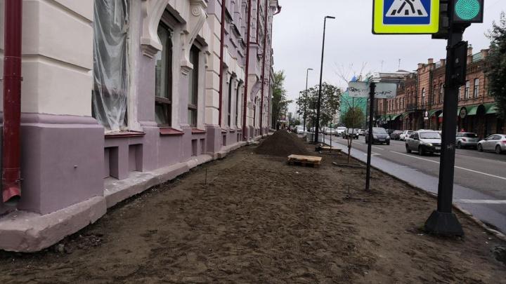 Возле театра Пушкина перекладывают брусчатку: меняют старую на новую